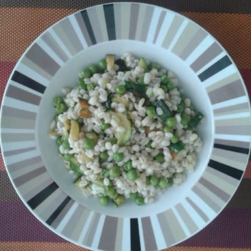 Barley salad with peas and courgettes
