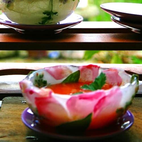 Gazpacho servido en vasos de hielo
