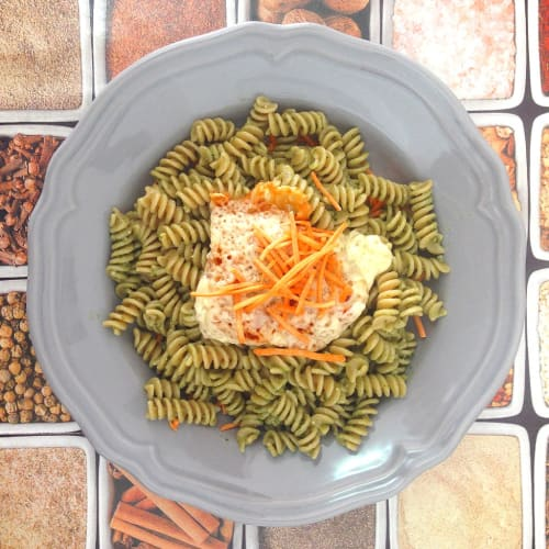 Integral Fusilli with pesto sauce with carrot bed and smoked cheese
