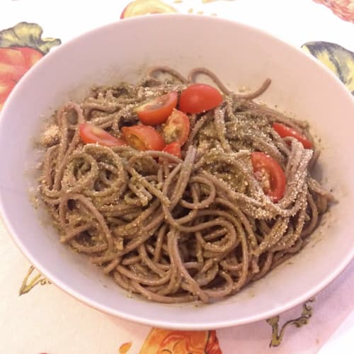Spaghetti pesto and cherry tomatoes
