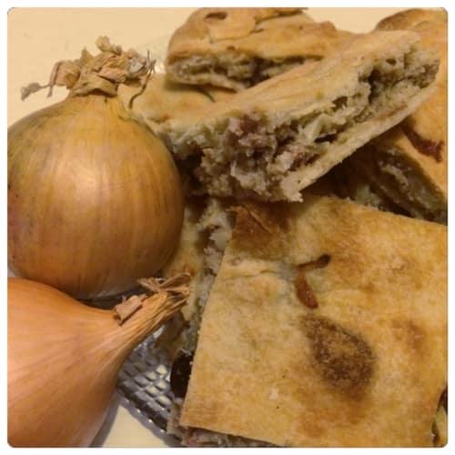 Calzone di cipolla, carne macinata e olive nere