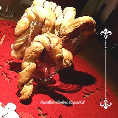 Bastoncini natalizzi di pasta sfoglia e speck