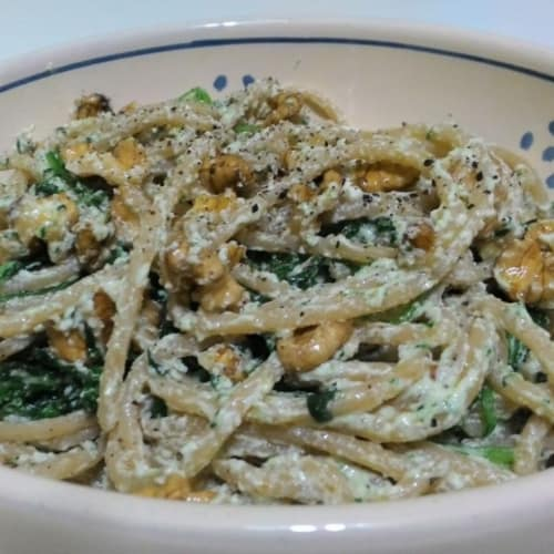 Wholemeal spaghetti with rocket salad, cottage cheese and walnuts