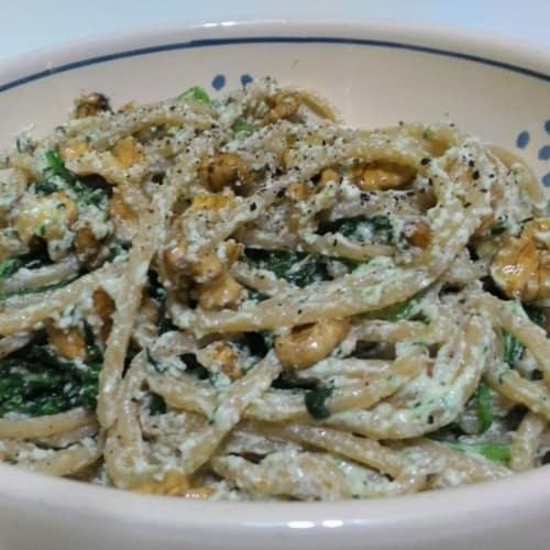 espaguetis integrales con ensalada de rúcula, queso fresco y nueces