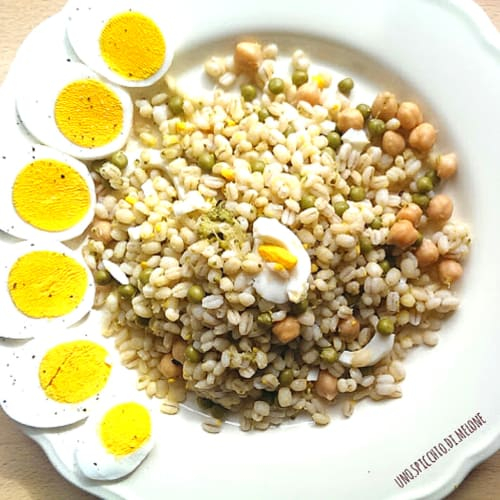 Barley with peas, chickpeas and boiled eggs