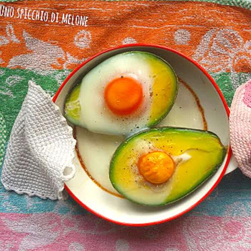 Aguacate en el horno con huevos