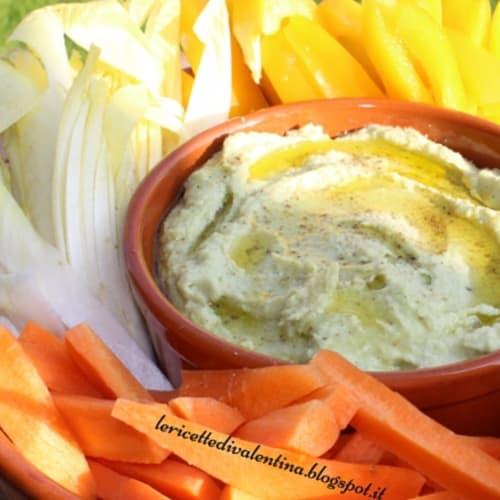 aguacate puré de garbanzos y judías blancas con verduras crujientes