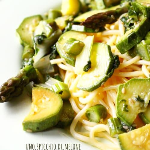Espaguetis con verde de la primavera con semillas de sésamo