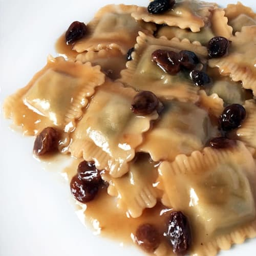 vegan ravioli with sauce black tea and raisins
