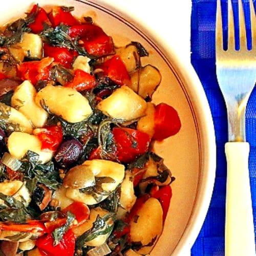 Gnocchi con rúcula, tomates cherry y aceitunas negras