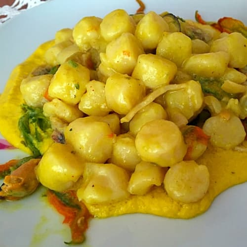 Gnocchi con sabor de los mariscos con flores de calabacín