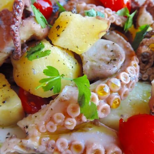 patatas ensalada de pulpo y tomates cherry