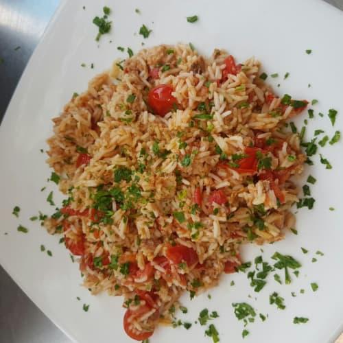 Arroz con atún y tomates