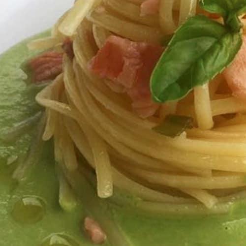 Linguini con pesto de calabacín con salmón y puerro