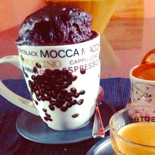 Taza de pastel de chocolate sin gluten y leche
