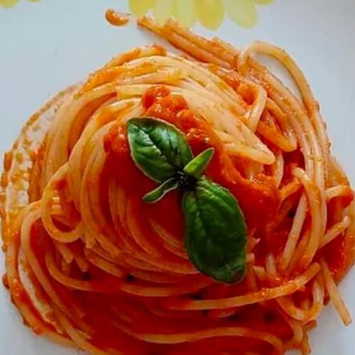 Spahetti con los tomates y las zanahorias a la crema perfumadas con cal