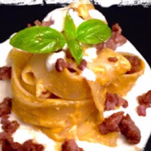 Pappardelle con pesto de calabaza con salchichas y fondue de queso brie con miel