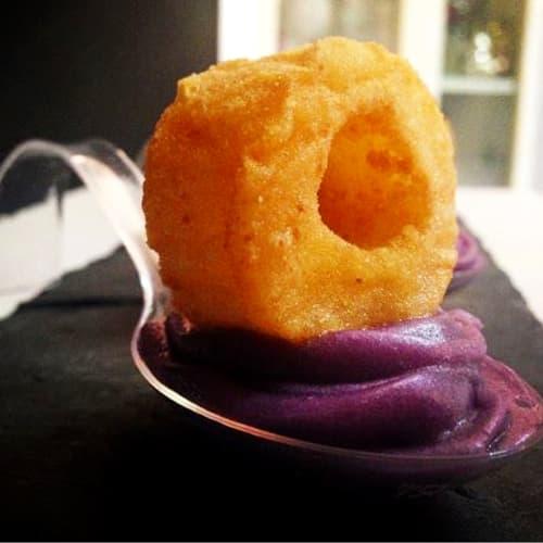 Anelli di totano fritti su purea di patate viola