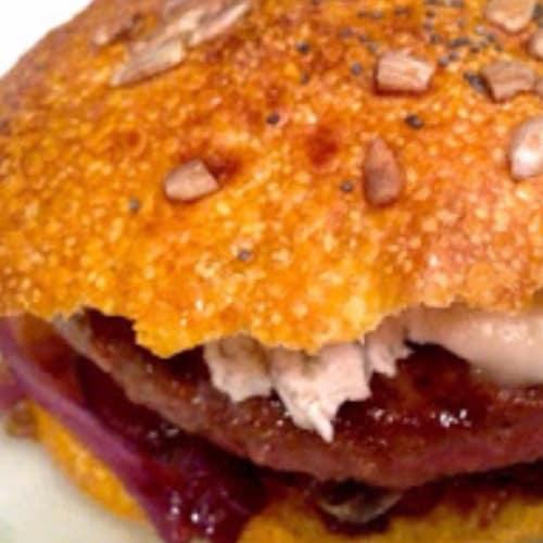 hamburguesa Angus negro con el tiempo de calabaza pan moscada