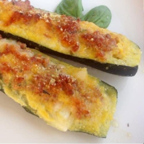 Calabacín relleno con salchicha y queso mozzarella