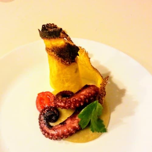 Pulpo en crema de frijoles y corteza de parmesano