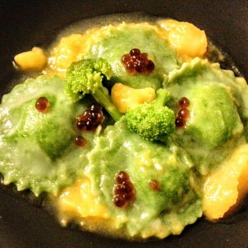 Ravioli de espinacas sobre una crema de calabaza con caviar balsámico