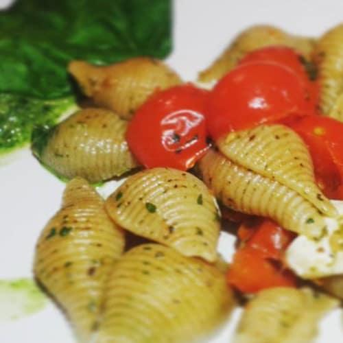Conchiglie integrali con pesto di rucola, primo sale e pomodorini