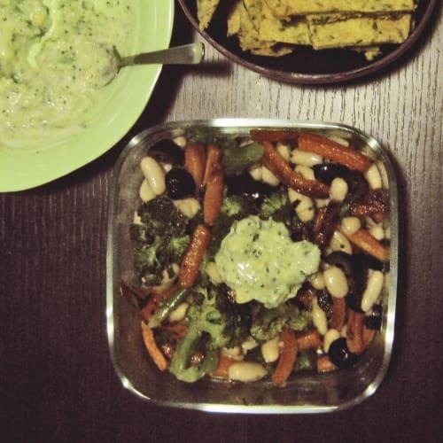 Insalata broccoli, cannellini e carote con salsa yogurt e avocado