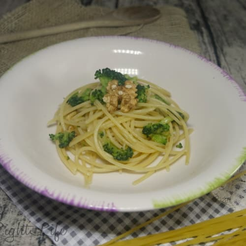 Spaghetti broccoli and walnuts