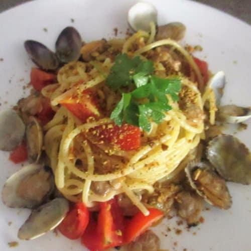 Espaguetis con almejas, pistachos y tomate fresco