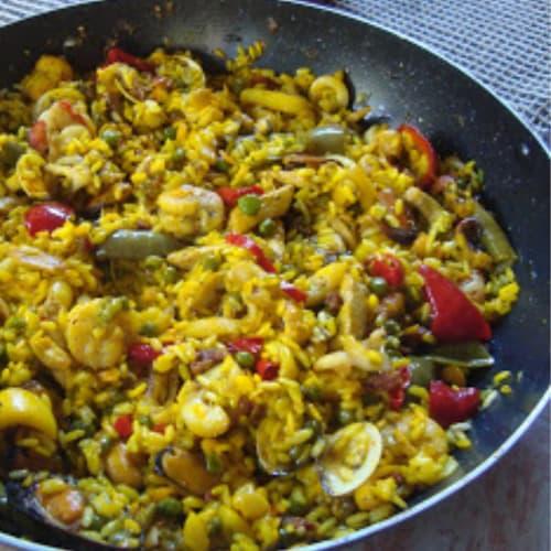 Paella con pesce e pollo