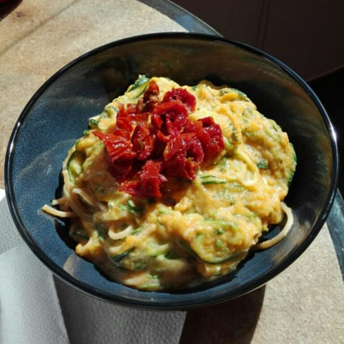 calabacín espagueti con crema de calabaza y tomates secos