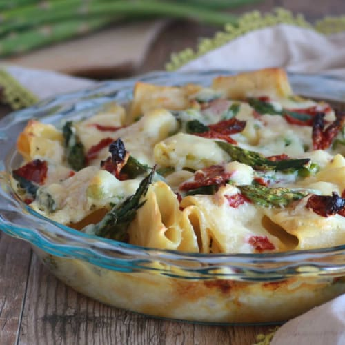 Baked pasta with asparagus and sun-dried tomatoes