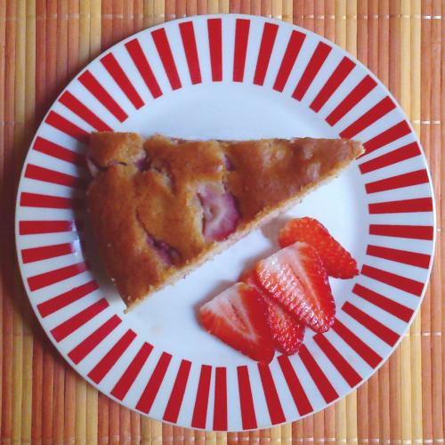 vegan banana cake and strawberries