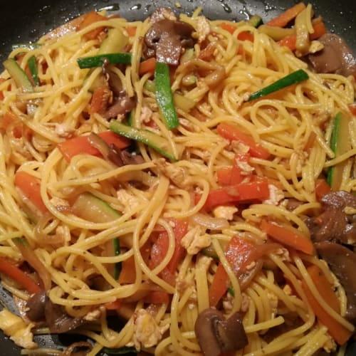 Spaghetti di riso e mais alle verdure con salsa di soia