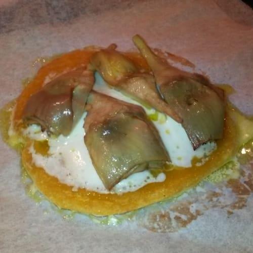 tortilla de maíz rellena con mozzarella y alcachofas en aceite hecho en casa