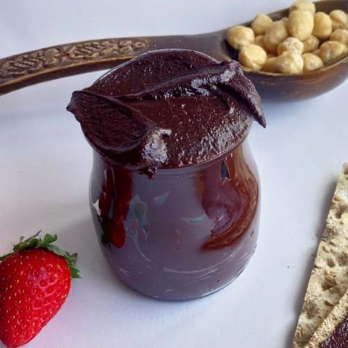 En forma de crema para untar de chocolate y avellanas Nutella