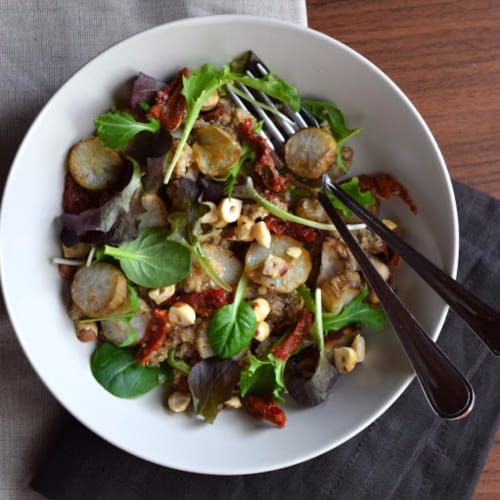 Ensalada de quinoa con alcachofas de Jerusalén, avellanas y tomates secos