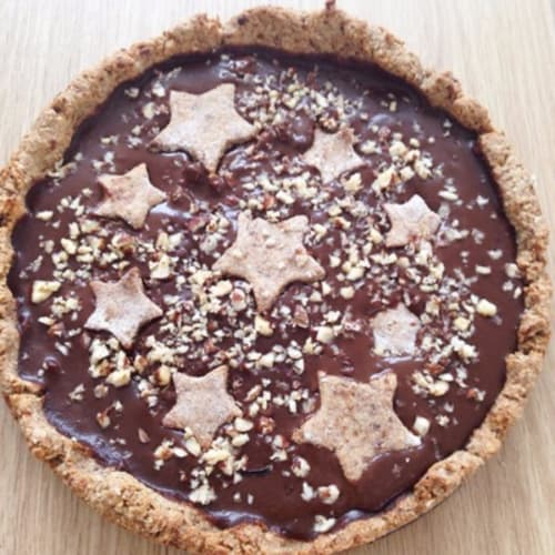 Tart with cocoa cream and hazelnuts