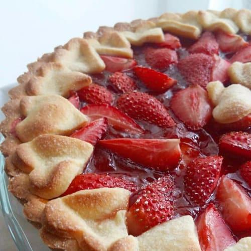 Tarta con compota de fresas y fresas frescas