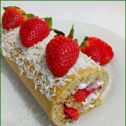 Pan dulce relleno con crema de coco y fresas