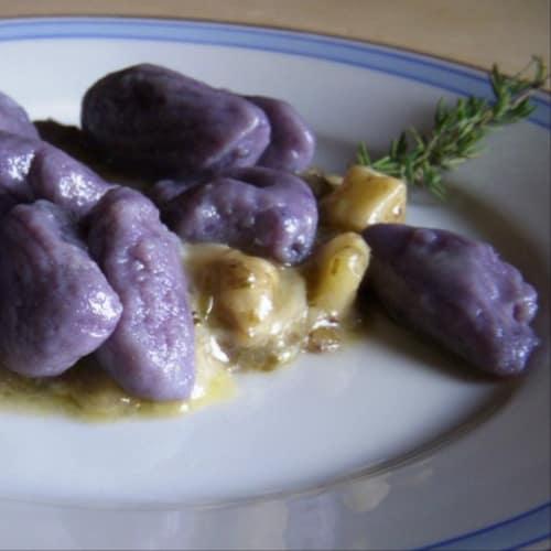 condimento crema de queso gnocchi de patata violeta