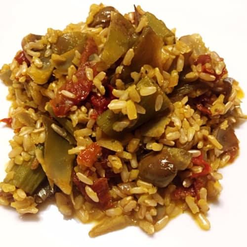 Risotto con las alcachofas, con tomates secos, aceitunas picantes y azafrán