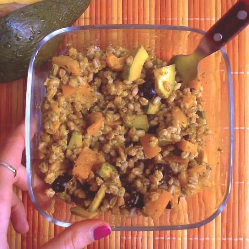 Insalata di farro con pesto di zucchine e peperoni