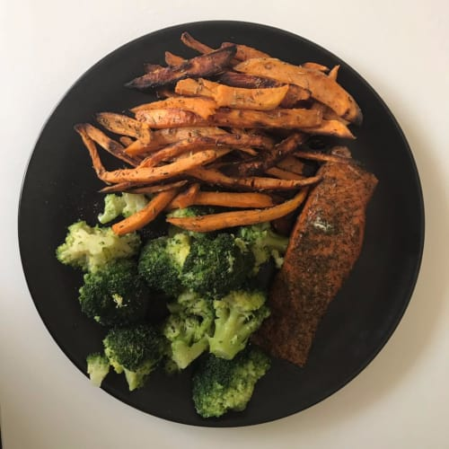 Salmon broccoli and American sweet potatoes