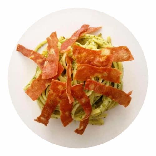 Espaguetis al pesto de pistacho con tiras crujientes De mortadela