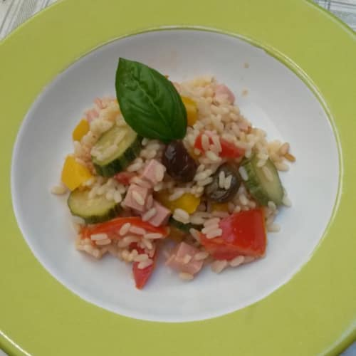 Ensalada de arroz con verduras y jamón cortado en cubitos