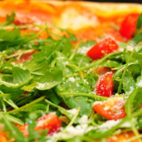 La pizza al horno sin levadura en la sartén