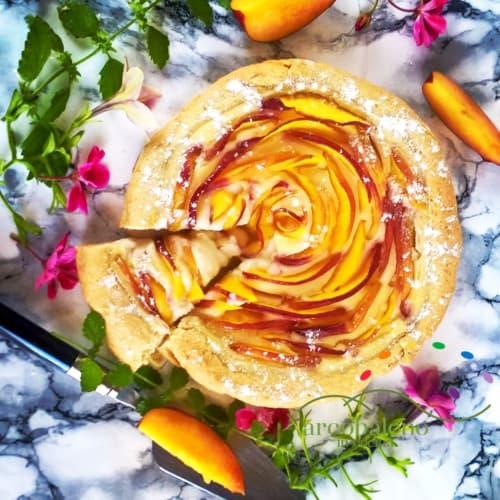Pastel vegano al horno con melocotones y crema de arroz