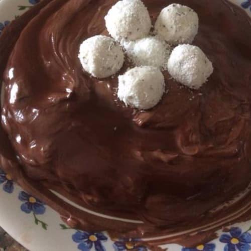 pastel de chocolate con crema de vainilla y coco pralinés y ricotta